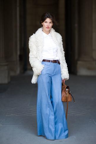 Comment porter: manteau de fourrure blanc, chemise de ville blanche, pantalon flare bleu clair, cartable en cuir marron