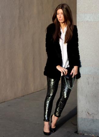 Comment porter: manteau de fourrure noir, chemise de ville blanche, pantalon slim pailleté argenté, escarpins en cuir noirs