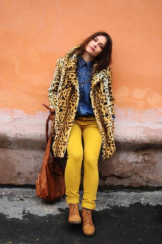 Comment porter: manteau de fourrure imprimé léopard marron clair, chemise en jean bleue, jean skinny jaune, bottines plates à lacets en cuir tabac