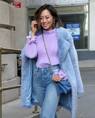 Comment porter: manteau de fourrure bleu clair, chemisier à manches longues violet clair, jean boyfriend bleu clair, sac bandoulière en denim bleu