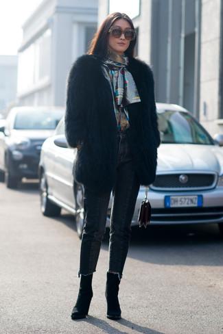 Comment porter des lunettes de soleil ornées marron foncé: Essaie de marier un manteau de fourrure noir avec des lunettes de soleil ornées marron foncé pour achever un look chic. Cet ensemble est parfait avec une paire de des bottines en daim noires.