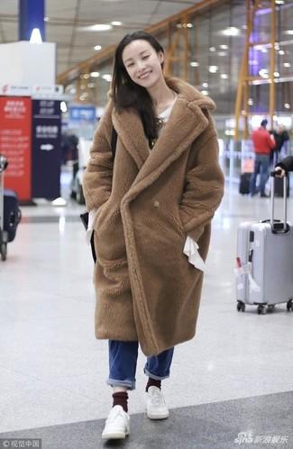 Comment porter: manteau de fourrure marron clair, chemisier à manches longues blanc, jean bleu, baskets basses en cuir blanches