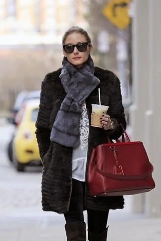 Tenue de Olivia Palermo: Manteau de fourrure noir, Chemisier à manches longues en dentelle blanc, Leggings noirs, Cuissardes en daim noires