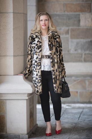 Comment porter: manteau de fourrure imprimé léopard beige, chemisier à manches longues en dentelle blanc, pantalon slim noir, escarpins en cuir rouges
