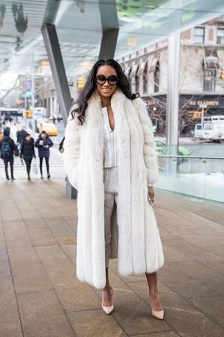 Comment porter: manteau de fourrure blanc, chemisier à manches longues imprimé blanc, pantalon slim imprimé blanc, escarpins en cuir beiges