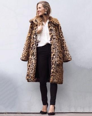 Comment porter: manteau de fourrure imprimé léopard marron clair, chemisier boutonné brodé blanc, jean skinny noir, escarpins en daim noirs