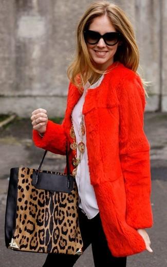 Comment porter: manteau de fourrure rouge, chemisier boutonné blanc, leggings noirs, sac fourre-tout en cuir imprimé léopard noir et marron clair
