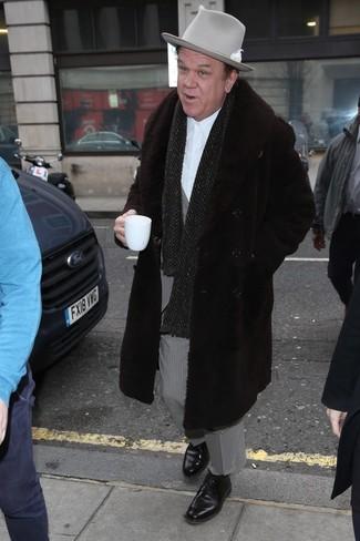 Comment porter un chapeau en laine gris foncé en hiver: Pense à associer un manteau de fourrure marron foncé avec un chapeau en laine gris foncé pour une tenue idéale le week-end. Jouez la carte classique pour les chaussures et opte pour une paire de des chaussures derby en cuir noires. Ce look est juste top et sublime pour l'hiver.