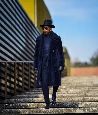 Comment porter: manteau de fourrure bleu marine, costume bleu marine, pull à col roulé bleu marine, slippers en cuir noirs