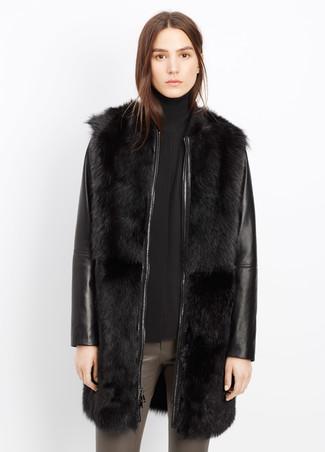 Comment porter: manteau de fourrure en cuir noir, pull à col roulé noir, pantalon slim en cuir gris
