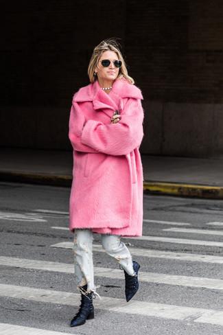 Comment porter: manteau de fourrure fuchsia, jean déchiré bleu clair, bottines en satin bleu marine