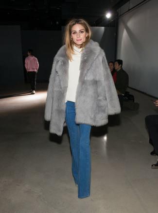 Comment porter: manteau de fourrure gris, pull à col boule blanc, jean flare bleu