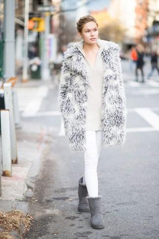 Comment porter un sweat à capuche en tricot beige: Harmonise un sweat à capuche en tricot beige avec un jean skinny blanc pour une tenue idéale le week-end. Jouez la carte décontractée pour les chaussures et complète cet ensemble avec une paire de des bottes ugg grises.