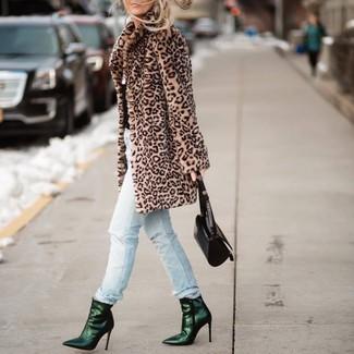 Comment porter: manteau de fourrure imprimé léopard marron clair, jean déchiré bleu clair, bottines en cuir vert foncé, sac à main en cuir noir