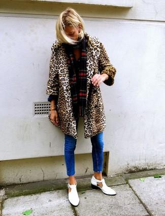 Comment porter: manteau de fourrure imprimé léopard marron clair, jean skinny bleu, bottines en cuir découpées blanches, écharpe écossaise rouge