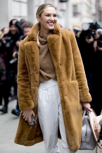 Comment porter: manteau de fourrure marron clair, pull surdimensionné en tricot marron, pantalon carotte blanc, sac fourre-tout en cuir gris