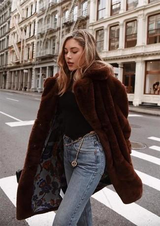 Comment porter: manteau de fourrure marron foncé, pull à col roulé noir, jean bleu clair