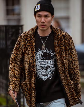 Comment porter: manteau de fourrure imprimé léopard marron, pull à col rond imprimé noir et blanc, jean bleu clair, bonnet noir