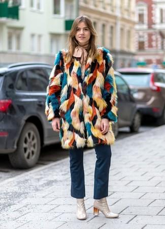 Comment porter: manteau de fourrure multicolore, chemisier à manches longues beige, jean flare bleu marine, bottines en cuir beiges