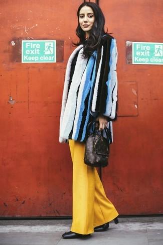 Comment porter un sac à dos en cuir imprimé marron foncé: Porte un manteau de fourrure à rayures verticales multicolore et un sac à dos en cuir imprimé marron foncé pour un look idéal le week-end. Une paire de bottines en cuir noires est une option judicieux pour complèter cette tenue.
