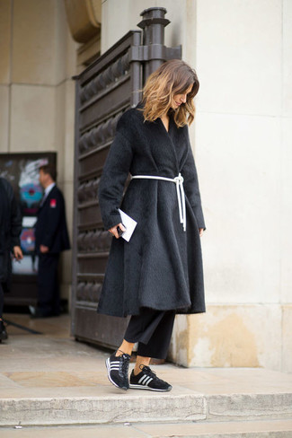 Comment porter: manteau de fourrure noir, jupe-culotte noire, chaussures de sport noires et blanches, pochette en cuir blanche