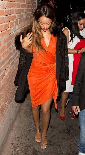Comment porter: manteau de fourrure noir, robe drapée orange, sandales à talons en cuir dorées