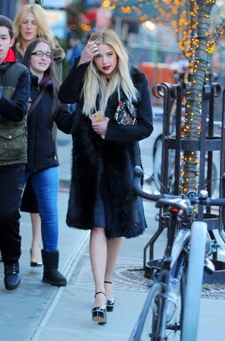 Choisis un manteau de fourrure noir et une pochette en cuir ornée noire femmes Fendi pour voler la vedette. Jouez la carte décontractée pour les chaussures et assortis cette tenue avec une paire de des escarpins en cuir épaisses noirs.