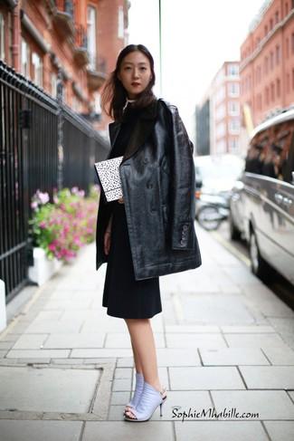 Comment porter: manteau de fourrure en cuir noir, robe fourreau noire, mules en cuir violet clair, pochette á pois blanche et noire
