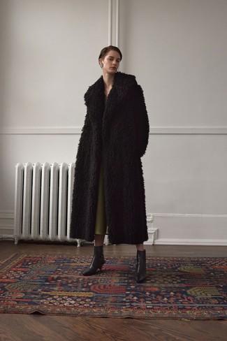 Comment porter: manteau de fourrure noir, robe midi olive, bottines en cuir noires