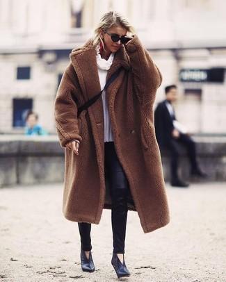 Comment porter: manteau de fourrure marron, pull à col boule blanc, leggings en cuir noirs, bottines en cuir noires