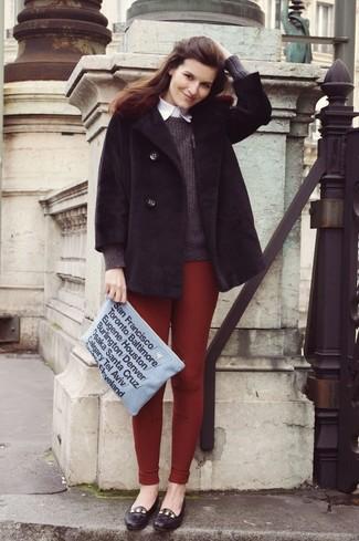 Comment porter: manteau de fourrure noir, pull à col rond gris foncé, chemise de ville blanche, leggings bordeaux