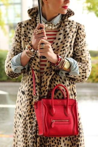 Comment porter: manteau de fourrure imprimé léopard marron clair, pull à col rond à rayures horizontales blanc et rouge, chemise en jean bleu clair, cartable en cuir rouge