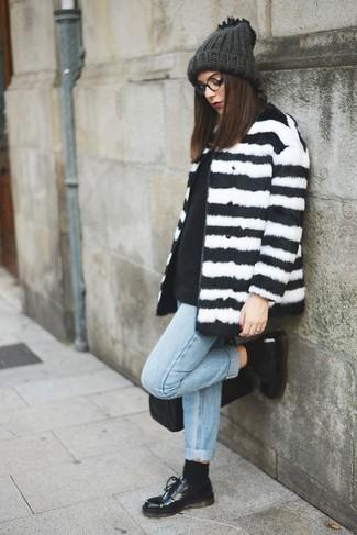 Comment porter: manteau de fourrure à rayures horizontales blanc et noir, pull à col rond noir, jean boyfriend bleu clair, chaussures richelieu en cuir noires