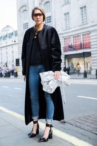 Comment porter: manteau de fourrure noir, pull à col rond noir, jean bleu, escarpins en cuir noirs