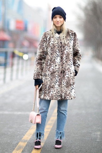 Comment porter: manteau de fourrure imprimé léopard marron, pull à col rond noir, jean à franges bleu clair, ballerines en cuir roses