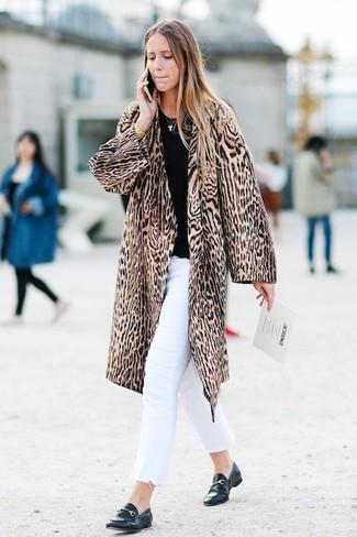 Comment porter un jean blanc: Essaie d'harmoniser un manteau de fourrure imprimé léopard marron avec un jean blanc pour obtenir un look relax mais stylé. Une paire de des slippers en cuir noirs est une option astucieux pour complèter cette tenue.
