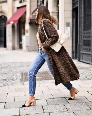Comment porter: manteau de fourrure imprimé léopard marron foncé, pull à col rond marron clair, jean bleu, escarpins en cuir noir et marron clair