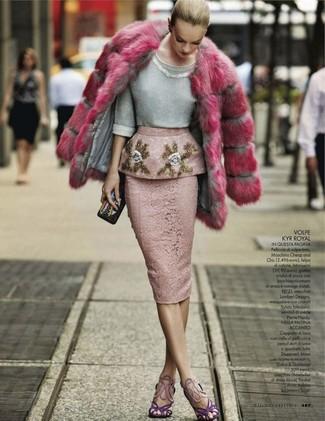 Comment porter: manteau de fourrure fuchsia, pull à col rond orné gris, jupe crayon en dentelle rose, sandales à talons en daim violettes