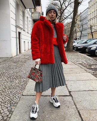 Comment porter: manteau de fourrure rouge, pull à col rond gris, jupe mi-longue plissée grise, chaussures de sport blanches et noires