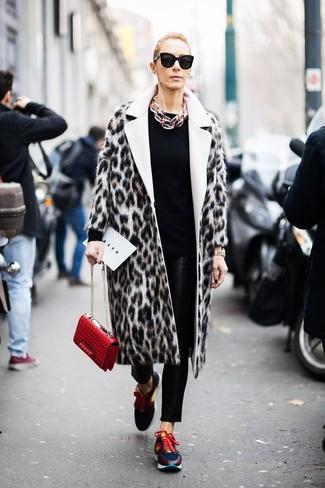 Comment porter: manteau de fourrure imprimé léopard beige, pull à col rond noir, pantalon slim en cuir noir, chaussures de sport multicolores