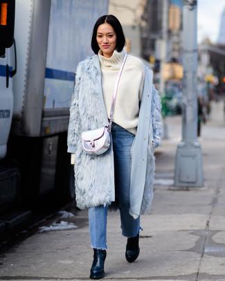 Comment porter: manteau de fourrure bleu clair, pull à col roulé en laine blanc, jean à franges bleu, bottines en cuir noires
