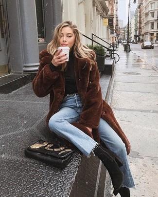 Comment porter un manteau de fourrure marron foncé: Associe un manteau de fourrure marron foncé avec un jean bleu clair si tu recherches un look stylé et soigné. Une paire de des bottines en daim noires est une option génial pour complèter cette tenue.