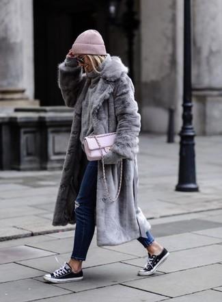 Comment porter: manteau de fourrure gris, pull à col roulé en laine gris, jean déchiré bleu marine, baskets basses en toile noires et blanches