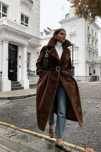 Comment porter: manteau de fourrure marron foncé, pull à col roulé blanc, jean bleu, slippers en daim imprimés léopard marron clair