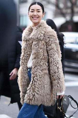 Comment porter: manteau de fourrure beige, pull à col roulé blanc, jean bleu, sac bandoulière en cuir noir