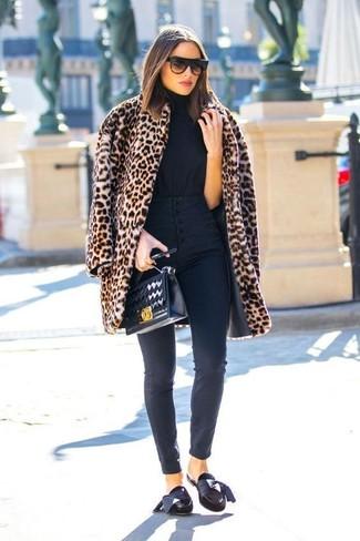 Comment porter des slippers en daim noirs: Harmonise un manteau de fourrure imprimé léopard marron clair avec un jean skinny noir pour une tenue idéale le week-end. Une paire de slippers en daim noirs est une option parfait pour complèter cette tenue.