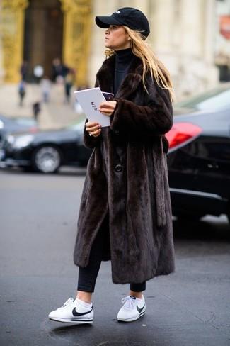 Comment porter: manteau de fourrure marron foncé, pull à col roulé noir, jean skinny noir, baskets basses en cuir blanches