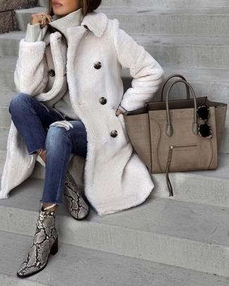Comment porter: manteau de fourrure blanc, pull à col roulé gris, jean skinny déchiré bleu marine, bottines en cuir imprimées serpent grises