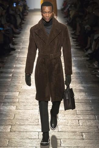 Comment porter: manteau de fourrure marron, pull à col roulé gris foncé, pantalon de costume noir, bottines chelsea en cuir noires