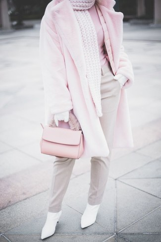 Comment porter: manteau de fourrure rose, pull à col roulé rose, pantalon de costume gris, bottines en cuir blanches